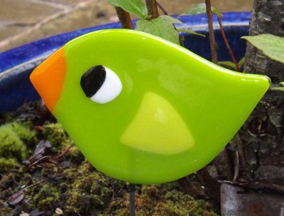 Ik ben gelukkig genoeg om mijn atelier in de tuin van mijn huis in landelijke Warwickshire en als ik werk ik ben omringd met vogel lied, die nooit nalaat om me lachen. Deze leuke, vrolijke vogels zijn geïnspireerd door de merels, tieten en robins die ik hoor elke dag.  Elke vogel meet 14 x 10 cm en wordt geleverd op een stalen staaf (ongeveer 22cm) voor u om te planten in een kamerplant of in uw tuin. Als u liever uw vogel met een haak, dus u kunt hangen aan een boom of venster Gelieve enkel…