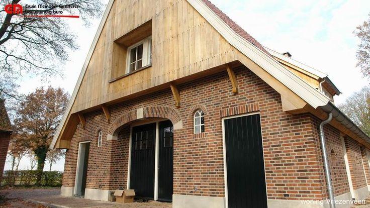 Landelijke woning in saksische stijl, met naturel eiken gevels en lichte stucwerk al trasraam