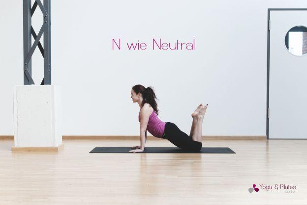 N wie Neutral:  Hiermit wird die natürliche Position der Wirbelsäule bezeichnet. Liegt man auf dem Rücken und hat die Beine aufgestellt, so sollen Hüftknochen und Schambein ungefähr eine horizontale Ebene zum Boden bilden. Die Lendenwirbelsäule hat etwas Luft zur Matte.