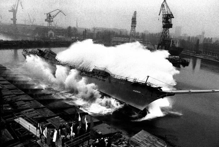 Sebastião Salgado :: A ship is launched. Shipyards, Gdansk, Poland, 1990