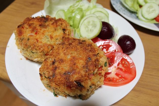 Salmon cakes - A blog about simple living, frugality, organic gardens, home cooking, budgeting, house work, homemaking, back yard food production, permaculture.