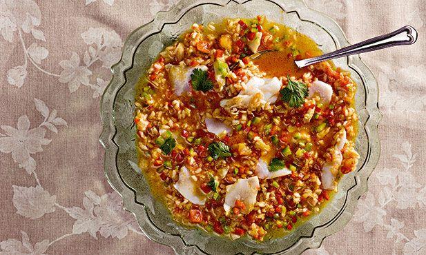 Arroz de bacalhau, ideal para fazer em quantidade para uma mesa cheia de convidados com muita fome.