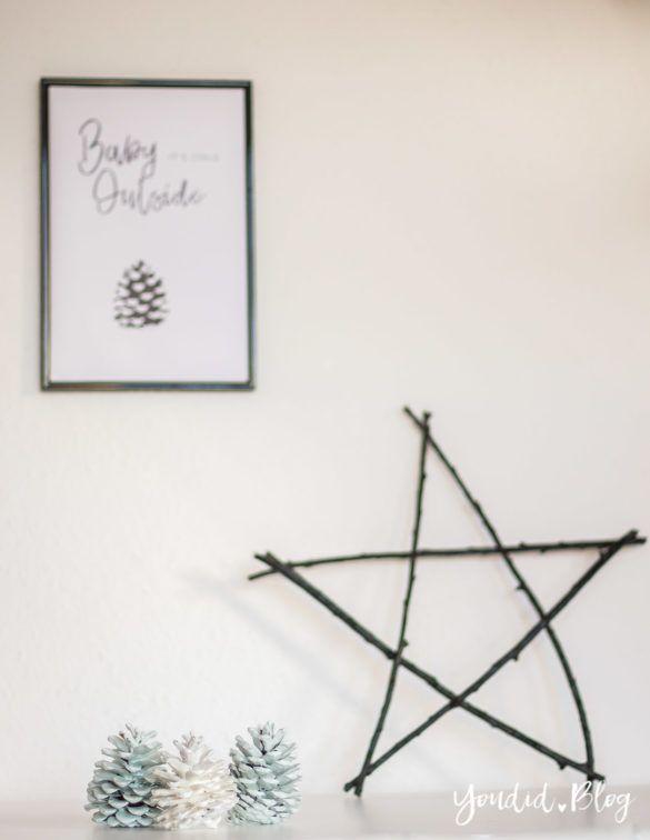 Minimalistische nordisch skandinavische Weihnachtsdeko - Stern aus Aesten Tannenzapfen lackieren Baby Its cold outside Print monochrome christmasdecor | https://youdid.blog