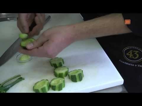 Fingerfood: Gefüllte Gurke auf Pumpernickel