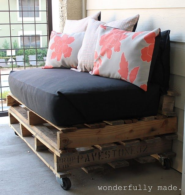 Outdoor Pallet Bench - maybe do 2 pallets wide and make an outdoor day bed for back porch!