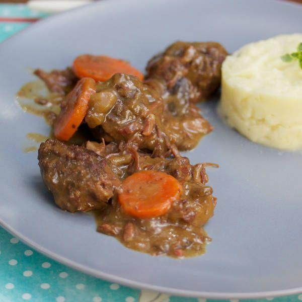 La carbonade de joue de boeuf est un plat en sauce rustique/ La cuisson lente permet d'obtenir une viande ultra fondante incomparable.