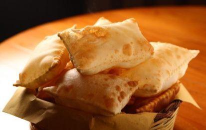 Gnocco fritto - Oggi vi presentiamo la ricetta per preparare in casa lo gnocco fritto, un primo piatto che fa parte della tradizione della cucina emiliana. Provatelo anche voi.
