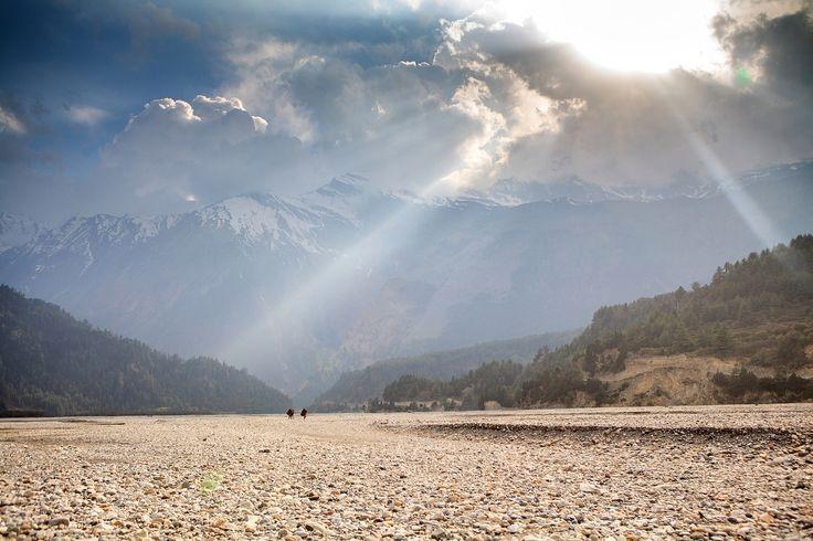 Долина священной реки Кали Гандаки. Она текла здесь ещё до того, как возникли Гималаи. В её русле можно найти священные шалиграмы. Это окаменелости, которым около 200 000 лет. Кали Гандаки настолько древняя и сильная, что вымыла самое глубокое ущелье реки в мире. Проложила себе путь между двумя восьмитысячными горами. Омовение в ней считается священным ритуалом. Надо окунуться целиком или умыть лицо, руки и ступни. Благодаря тому, что она прорезает Гималаи, то часто действует как…