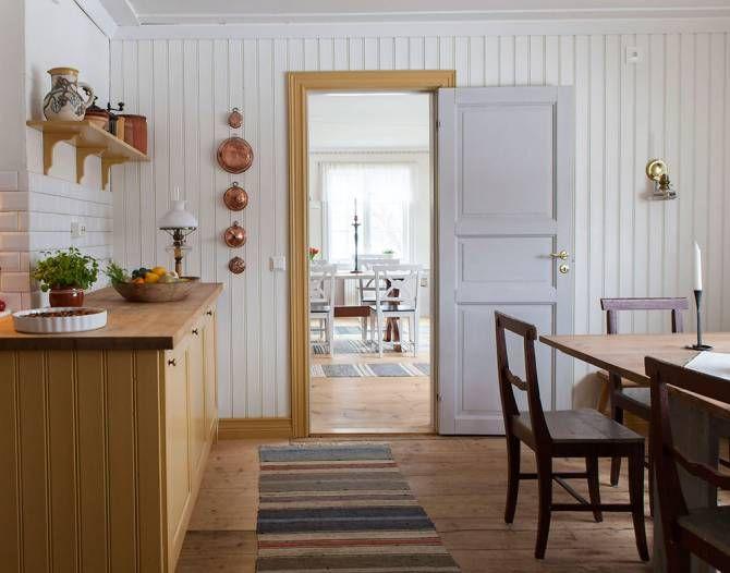 Ikeaskåpen i köket har målats varmt gula. Färger: Ottossons gräddvita och Ottossons sandgula.