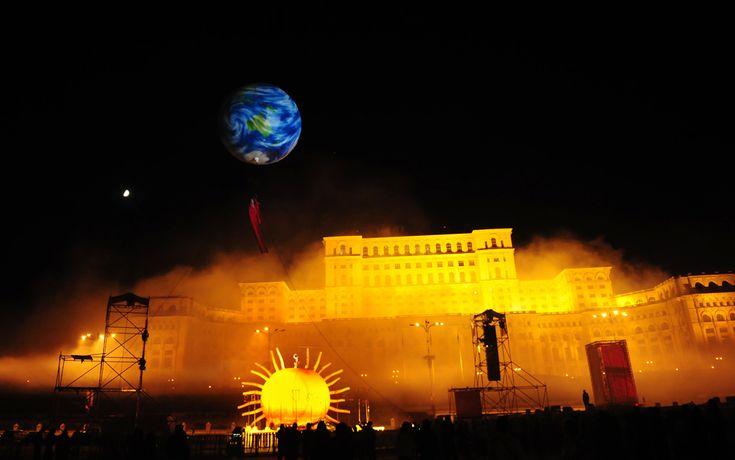 """Compania spaniolă de teatru stradal """"Els Comediants"""" prezintă spectacolul """"Dimonis"""" în faţa Palatului Parlamentului din Bucureşti, duminică, 31 mai 2009. (  Daniel Mihăilescu / AFP  ) - See more at: http://zoom.mediafax.ro/travel/palatul-parlamentului-12828303#sthash.Usjh8v5j.dpuf"""