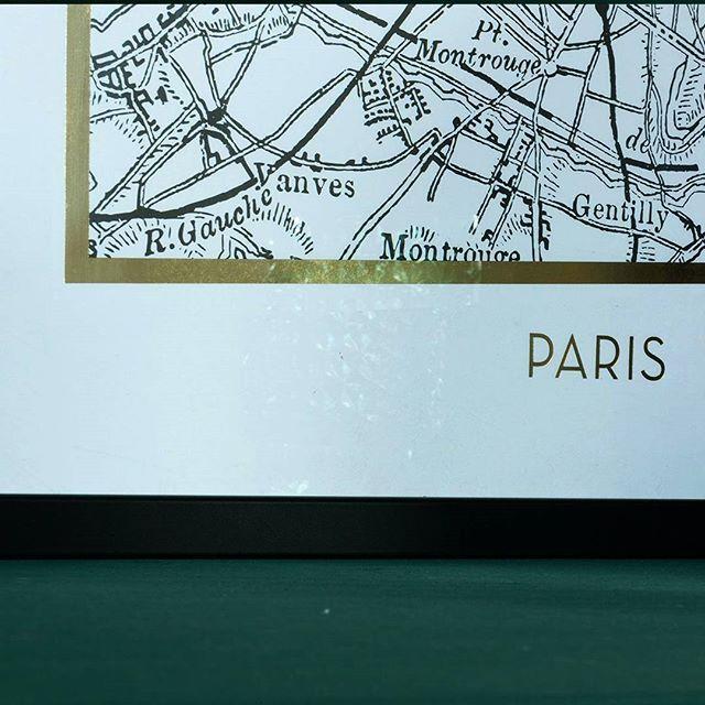 Oh Paris… Ben jij ook fan van Parijs? Dan is deze toffe poster misschien wel iets voor jou. Het handgetekende stratenplan en de gouden rand maken deze poster tot een echte musthave voor jouw interieur. Wij plaatsen hem op onze zelfgemaakte lambrisering. Ook zo'n leuke tip trouwens voor mensen die graag met decoraties in de weer zijn. Op zo'n rand kun je je mooiste spulletjes kwijt. Hierover lees je meer in onze stylingtips van deze week. Link in bio. Deze tips staan overigens allemaal in het…