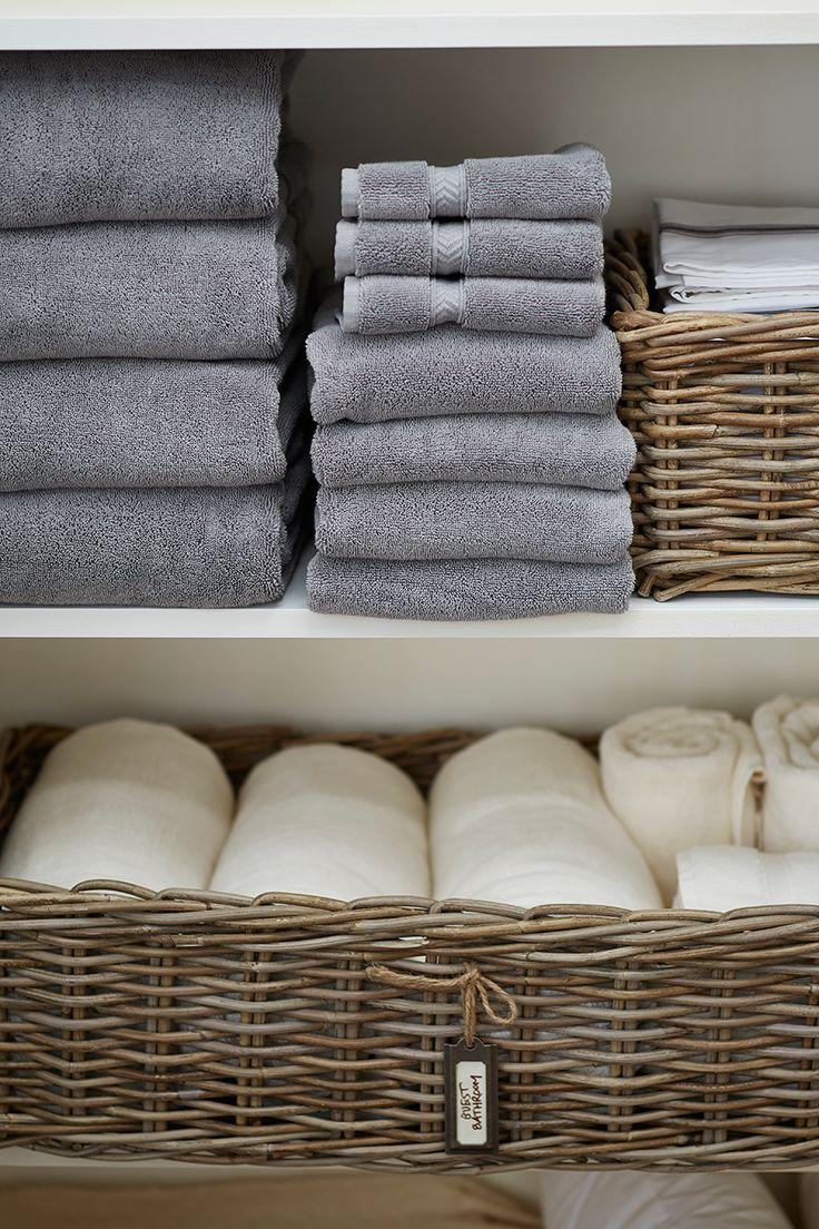 タオルと籐は相性がいいですね。こちらは、棚に収納しているアイデアですが、大き目のバスタオルはくるくるっと巻いて籐のかごの中へ入れています。角ばったタイプを選んでいるので、スッキリ!グレーと白のタオルのチョイスもシックです。