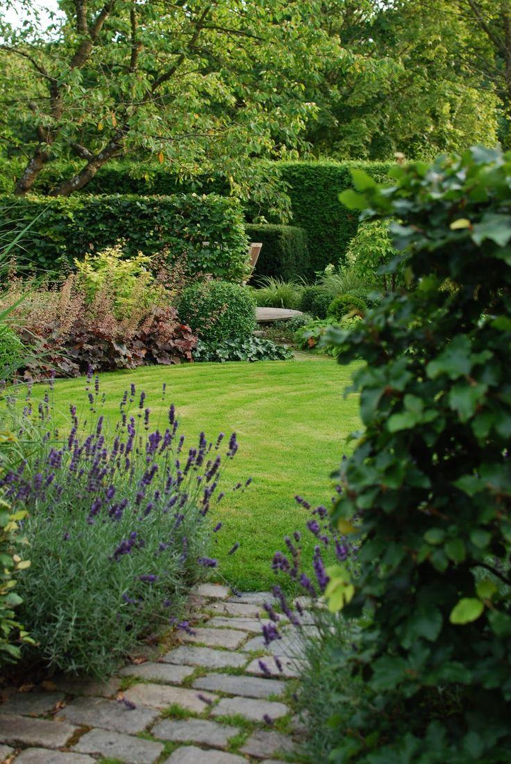Almbacken: Sensommar i trädgården