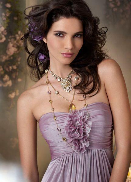 Foto 59 de 59 Bonito Vestido de Fiesta en chiffon color lavanda. Detalle de flores en el escote. | HISPABODAS