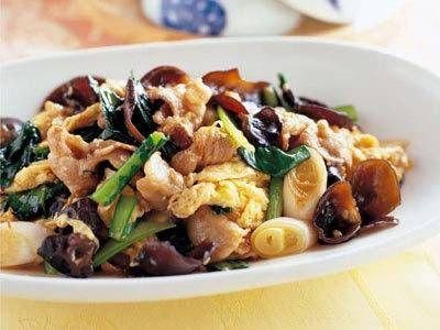 斎 風瑞さんの豚バラ肉を使った「豚肉ときくらげの卵炒め」のレシピページです。ふんわりとした卵がたまらない、中国料理の定番おかずです。卵はやや多めの油で仕上げ、一度取り出すのがポイントです。 材料: 豚バラ肉、きくらげ、卵、小松菜、ねぎ、しょうが、A、酒、しょうゆ、サラダ油