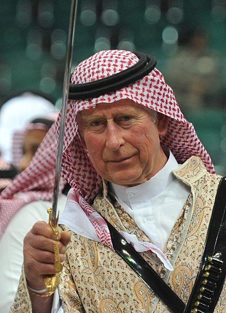 На праздник, который проходит в столице Саудовской Аравии Эр-Рияде, британский принц надел традиционный мужской наряд, а на голову куфию (пл...