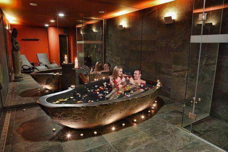 Lístečky růží na hladině ve vaně z Bali a Vaše láska.  http://www.impresio.eu/zazitek/zazitkova-koupel-a-wellness-pro-dva