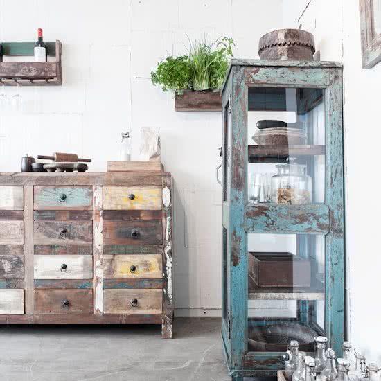 Ladenkast gemaakt van hout uit oude Indiase huizen.