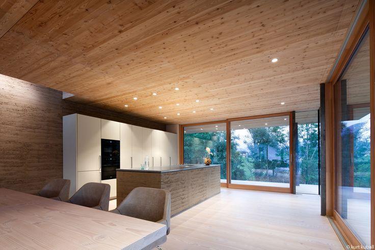 Küche_Glasfront_Holzboden_Holzdecke_Hochinsel
