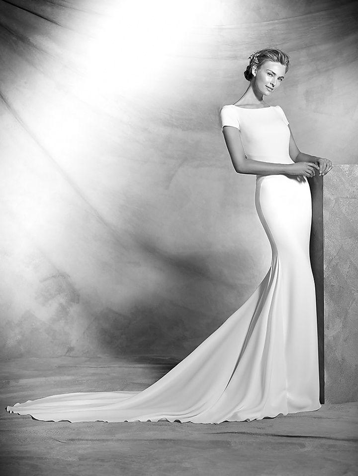 valeria, collectie 2016 Atelier Pronovias heeft zich dit jaar weer overtroffen met trouwjurken van grote klasse en elegantie. In deze trouwjurk staan grandeur en oogverblindende schoonheid centraal. De jurk omsluit het lichaam helemaal zodat alle vrouwelijke vormen extra mooi uit komen. De boothals en kort mouwtje vormen samen met de lange sleep en lage uitgewerkte rug een schitterende jurk. #exclusief #zijde #couture #glamour #koonings