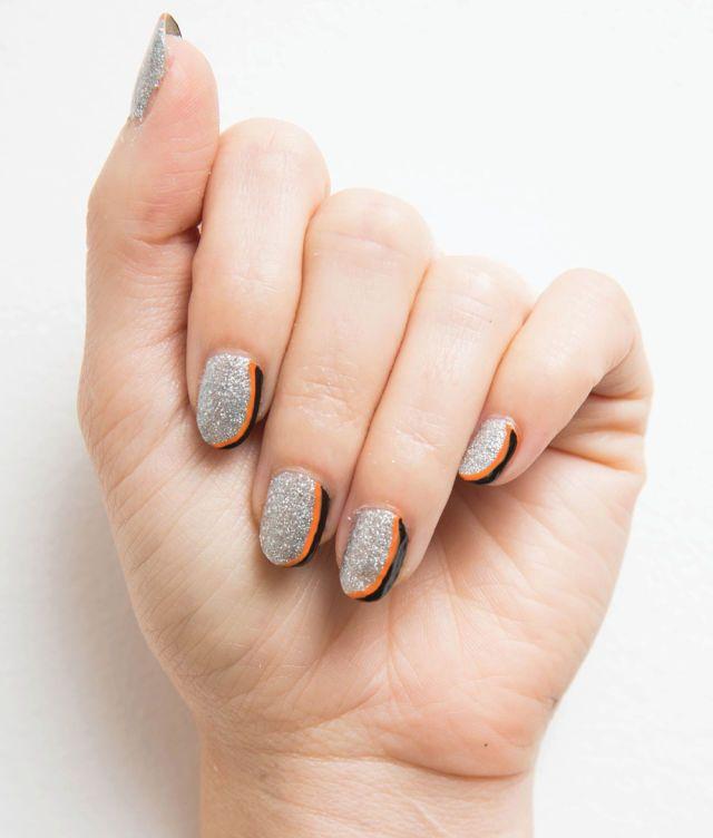 """Se vuoi brillare nella notte, dai spettacolo con delle unghie luccicanti """"Eclissi di glitter"""". Rimarranno tutti incollati a guardare lo spettacolo. Segui il nostro tutorial e non ti perdere un passo: Halloween: la nail art """"Eclissi di glitter"""" per unghie che luccicano nella notte  -cosmopolitan.it"""