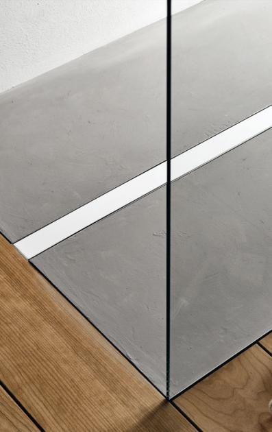 """Die Duschrinne """"Uniflex"""" von Geberit aus gebürstetem Edelstahl hat eine hohe Ablaufleistung. Das schützt den Holzfußboden direkt neben der Dusche. Ca. 400..."""