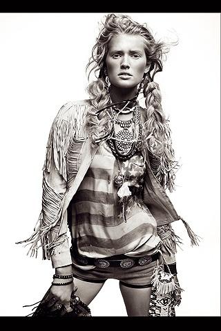 LA CONQUISTA DE AMÉRICA: shorts beis de lona y cuero, de Barbara Bui (225 €); camiseta con la bandera americana, de Balmain (960 €); cazadora de piel beis con flecos, de Gucci (ver precio).