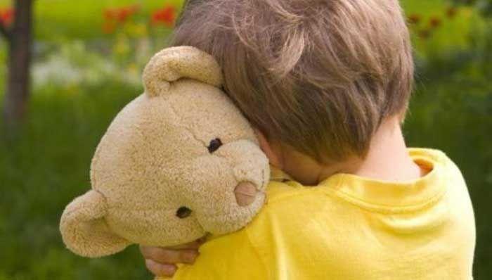 Έχετε παρατηρήσει περιπτώσεις όπου τα μικρά παιδιά προσκολλώνται στη μητέρα τους όταν εκείνη φεύγ...
