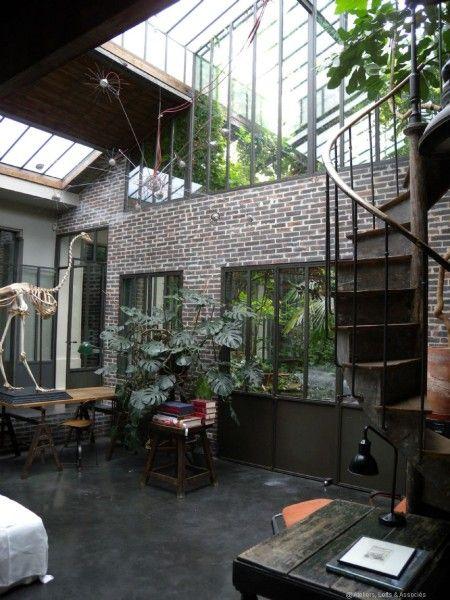 Ce grand loft de 350 m2 est une veritable perle en plein coeur de Paris. Entièrement sur cour, il dispose d'un patio central inondé de plantes à tel point qu'il y a comme un air de jungle. Le style industriel des lieux a été renforcé par un aménagement...