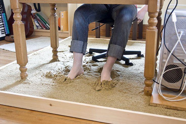 Vychytávka s pískem. Chybí jen zenové hrabičky. Všimla jsem si, že spousta lidí chodí na boso, tak by to třeba pod nějakým meetingpoint stolem uvítali.