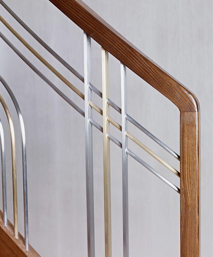 ST770 Policzkowe schody gięte wykonane z jesiony termicznego. Balustrada ze stali szlachetnej i mosiądzu z pochwytami drewnianymi. Realizacja wykonana w domu prywatnym , projekt – Anna Wichłacz&TRĄBCZYŃSKI