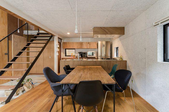 天井高2.1mのダイニングキッチン。シャープな雰囲気が好きな尾崎さんはキッチンの天板にもこだわった。ステンレスの板の端を折って9mmの厚みに見せている。