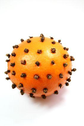 Comment parfumer sa maison naturellement ?  Une astuce de nos grands-mères simple à réaliser ! La pomme d'ambre parfumera agréablement votre...