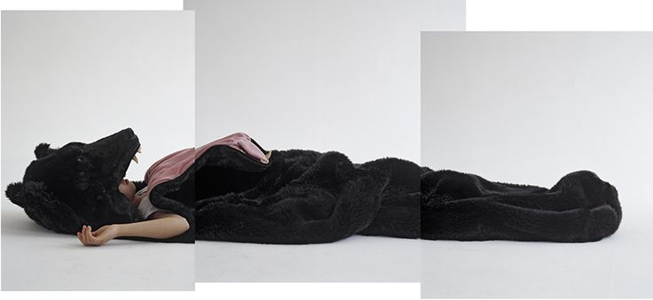 El Saco del gran Oso durmiente por Eiko Ishizawa, homenaje al oso marrón de los Alpes. Una asociación entre el amor a la naturaleza y el miedo a lo desconocido en ambientes salvajes e indómitos es lo que establece este peludo saco de dormir
