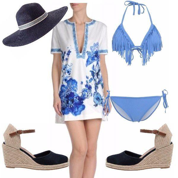 Stupendo copricostume in fantasia floreale sui toni del bianco e del blu dove ho abbinato un bikini due pezzi con frange e zeppe in color navy abbinate al cappello.