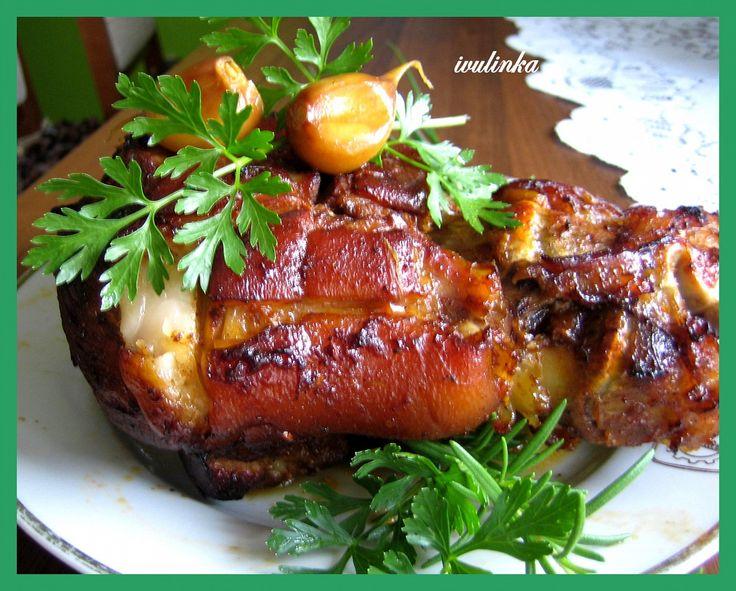 Vepřová kolena dobře omyjeme a dáme do tlakového hrnce vařit spolu s bobkovým listem, celým černým pepřem, jalovcem, novým kořením a solí.Vaříme...