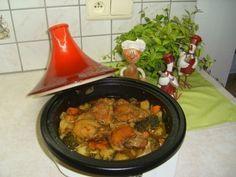 Tajine: kippenbovenbouten met aardappelen, broccoli  en wortel is een lekker recept, Een tajine bestaat uit een schaal, waaruit de bereide gerechten opgediend kunnen worden, en een relatief hoog kegelvormig deksel. Bij het koken met de tajine slaat de condens neer op het deksel en loopt weer terug in de schaal. Daarmee lijkt de werking van de tajine op die van een braadpan.