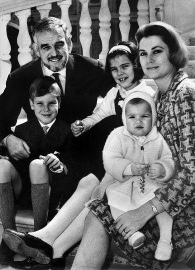 Fürst Rainier mit seiner Frau Grace Kelly gemeinsam mit den Kindern Prinzessin Stephanie (15 Monate alt, vorne rechts), Prinz Albert (8-jährig, vorne links) und Prinzessin Caroline (9-jährig, Mitte) in Monaco,  April 1966.