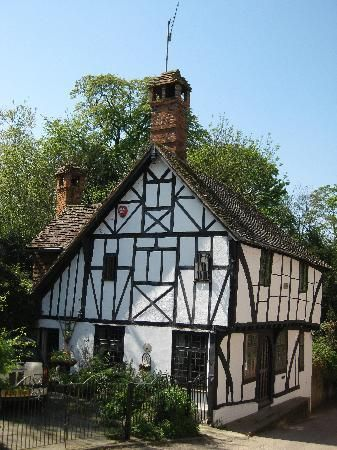 Beautiful country cottage in Chilham Village, Kent, England. Many films have been made here, A Canterbury Tale, The Amorous Adventures of Moll Flanders, Jane Austen's Emma, and numerous tv series