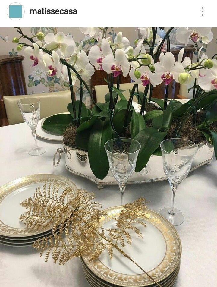 Decoração da mesa de jantar com vaso de orquídeas
