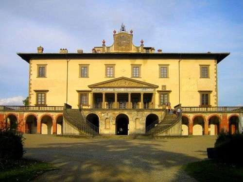 Villa Medici, Poggio a Caiano  1480s    Comissioned by Lorenzo de'Medici.    The double staircase and crowning clock were added in the eighteenth century.