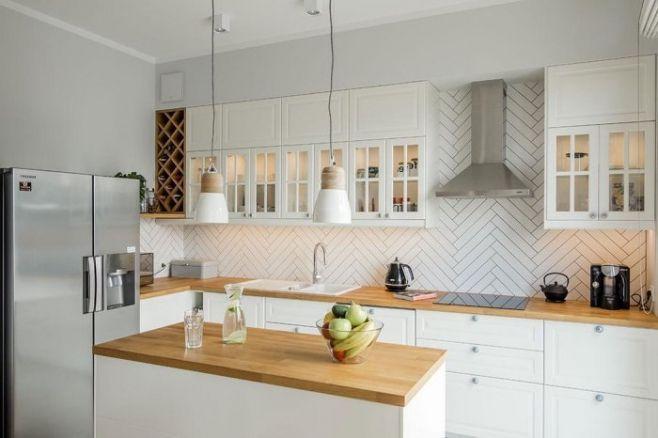 Cuisine Blanche Et Bois Cuisine Blanche Et Bois Campagne Cuisine Blanche Et Bois Credence Cuisine Blanche Et B In 2020 Cuisine Deco Kitchen Cabinets House Interior