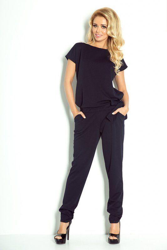 Elegancki kombinezon damski, uszyty z przyjemnej w dotyku tkaniny Lacosta. #kombinezon #kobieta #moda #trendy #czerń