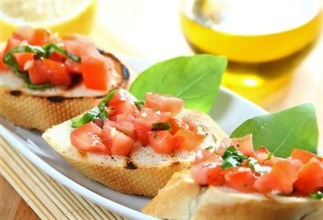 Хрустящие тосты с томатной сальсой популярный рецепт традиционной закуски. Отлично подходит как для повсекдневного употребления, так и для праздничных обедов. Тосты с томатной сальсой готовятся очень быстро и легко. Убедитесь сами, приготовив по нашему рецепт�