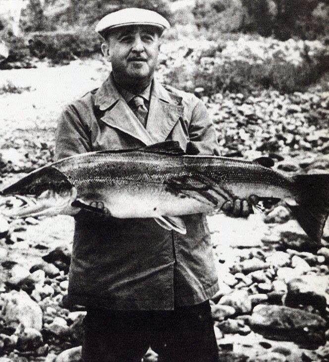 El Jefe del Estado, Francisco Franco, practicando uno de sus hobbys, la pesca. Uno de sus puntos de pesca favoritos era el río Sella, en Asturias, donde están los mejores salmones de España.