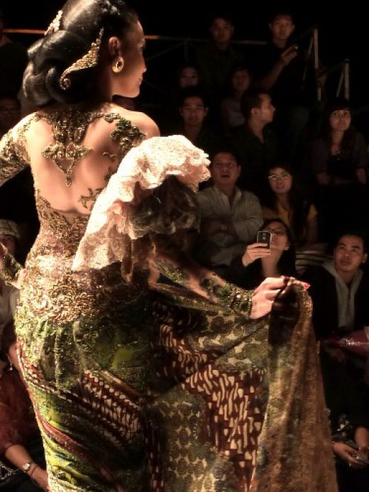 Kebaya in Paris Fashion Runway - http://freyacesare.hubpages.com/hub/KEBAYA-INDONESIAN-NATIONAL-APPAREL#