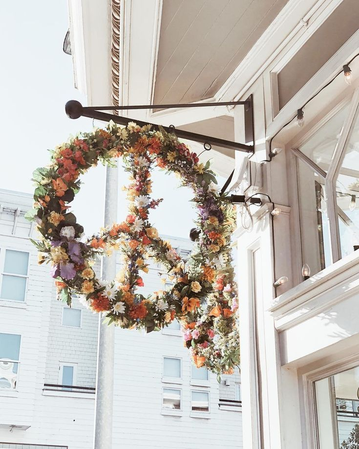 Peace, love, and good floral installations✨Photo via @emthegem