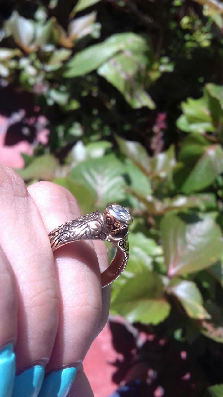 De los modelos mas preciados de nuestra colección artesanal se encuentra este hermoso anillo de compromiso con un diamante natural de 0.50 Puntos Corte Redondo, Color E - F, Claridad VS2 - SI1, de 14 kilates en oro amarillo. Una pieza artesanal elaborado a mano 100 % mexicano, el peso total de este anillo es de 4.8 gramos  Disponible de talla 4 a 10. *Garantía de por vida *Certificado de autenticidad *Incluye caja y empaque de nuestra marca Envíos 100% asegurado