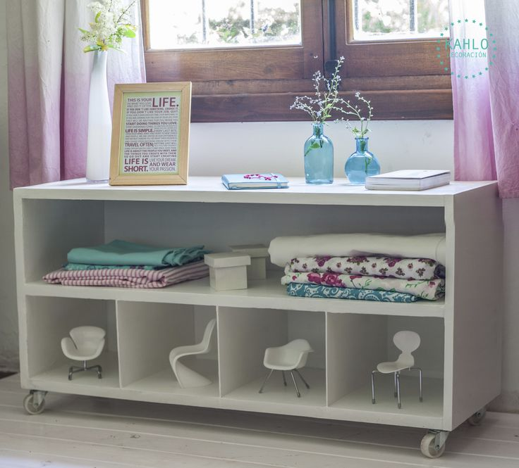 Mueble rectangular bajo con estante y divisiones, $699 en https://ofeliafeliz.com.ar