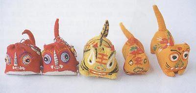布で作った布老虎は、中国の民間に広く伝わっている玩具の一種である。中国では、虎が悪魔を追い払い、災難を避け、平安吉祥の象徴だとされていると同時に、財産を守ってくれると見られている。中国では、伝統的節句である「端午節」、つまり旧暦の5月5日に子供に布の虎を作り、或いは雄黄でその額に虎の顔や王という漢字を書き、子供が健康で勇敢な人になるよう期待する。布老虎の形は様々で、頭が一つ、二つ、三つ更に四つを持つ虎、親子虎、枕の形をした布老虎などもある。   布老虎は、綿布、絹など様々な材料を用いて作られるが、中は木の屑、米糠などが詰め込まれ、表面は彩色描き、刺繍、切り取って貼りつけるなどの手法で、虎の目、口、耳、鼻などを作る。布老虎は大きな目、大きな口、大きな耳、大きな鼻、大きな尻尾をして、勇ましさをあらわすが、その頭と目、耳,鼻などは人間の子供のような愛らしさを呈する。…